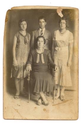 Tia Tóda e os filhos. Tem dedicatória atrás para Tia Persília e data de 1932 na Fazenda Jurandy.